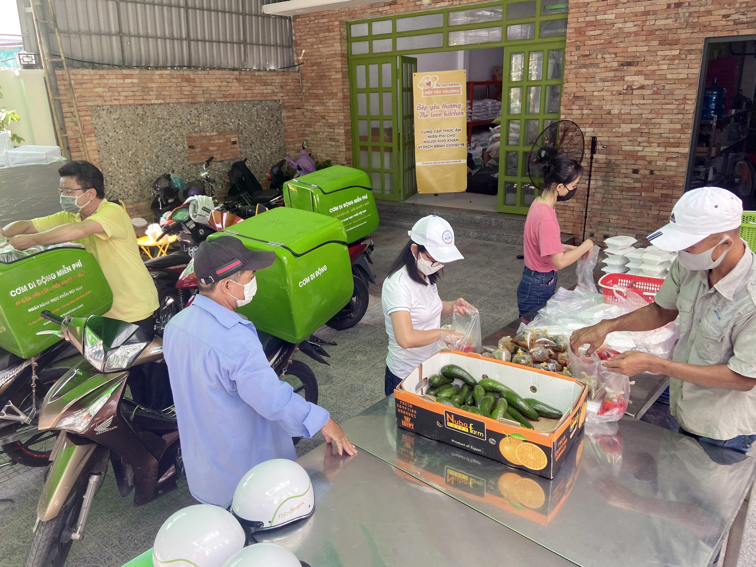 """Những """"anh chàng shipper"""" đi khắp Sài Gòn để phát 1.500 suất ăn miễn phí cho người nghèo - 6"""