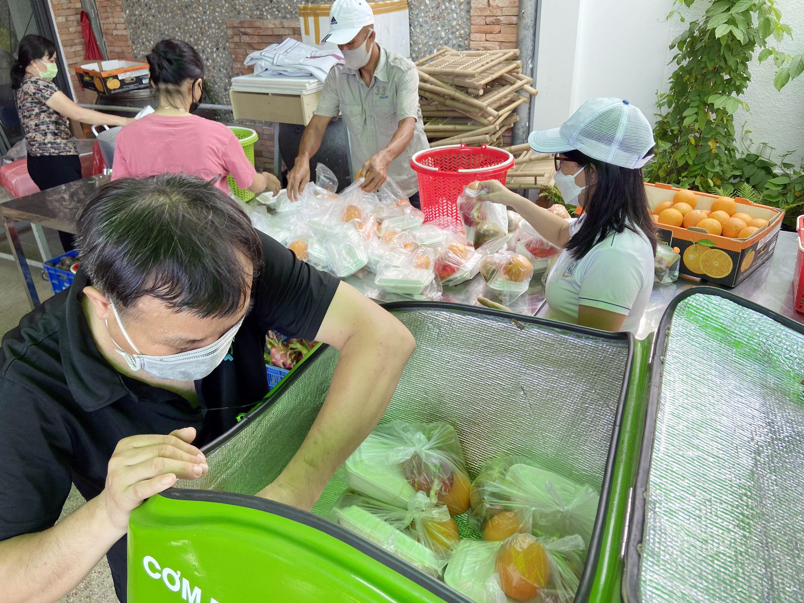 """Những """"anh chàng shipper"""" đi khắp Sài Gòn để phát 1.500 suất ăn miễn phí cho người nghèo - 7"""