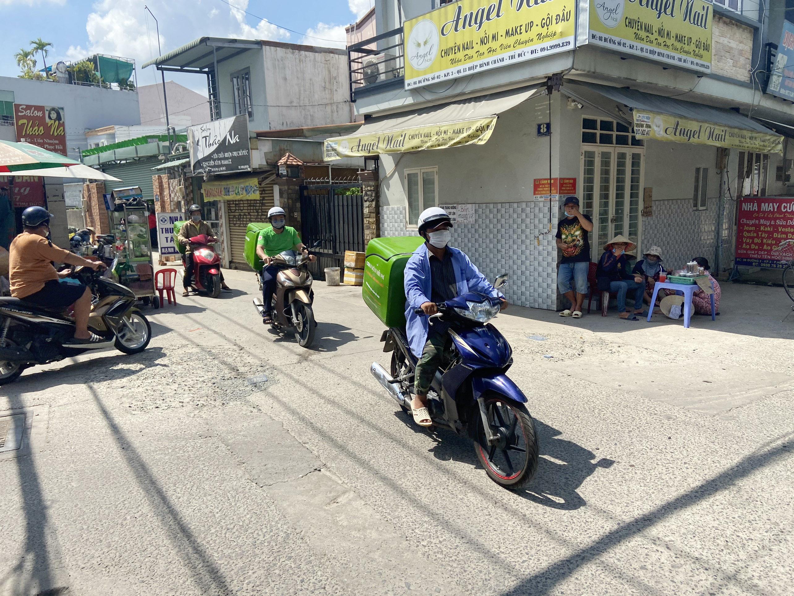 """Những """"anh chàng shipper"""" đi khắp Sài Gòn để phát 1.500 suất ăn miễn phí cho người nghèo - 8"""