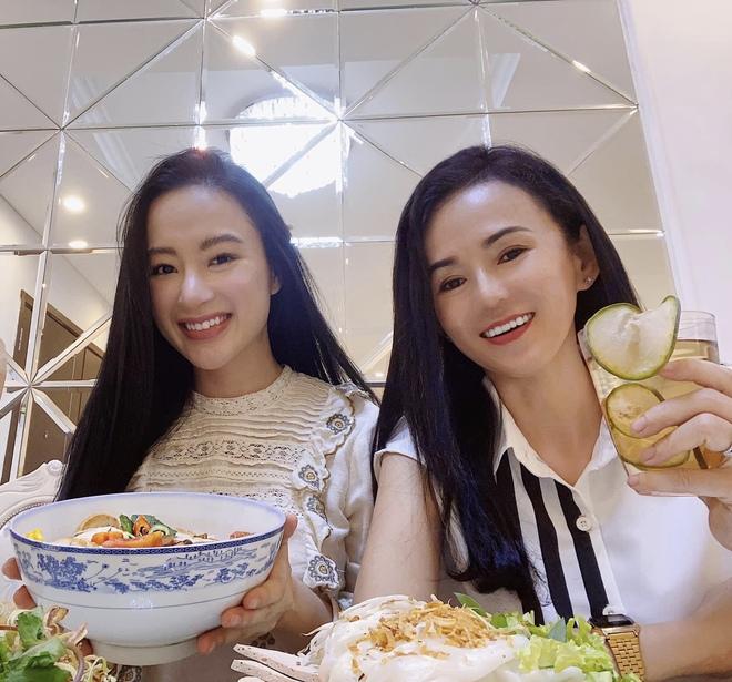 Mẹ ruột Angela Phương Trinh ngày càng trẻ trung, sành điệu ở tuổi U60 - 1
