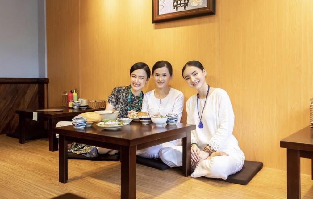 Mẹ ruột Angela Phương Trinh ngày càng trẻ trung, sành điệu ở tuổi U60 - 4