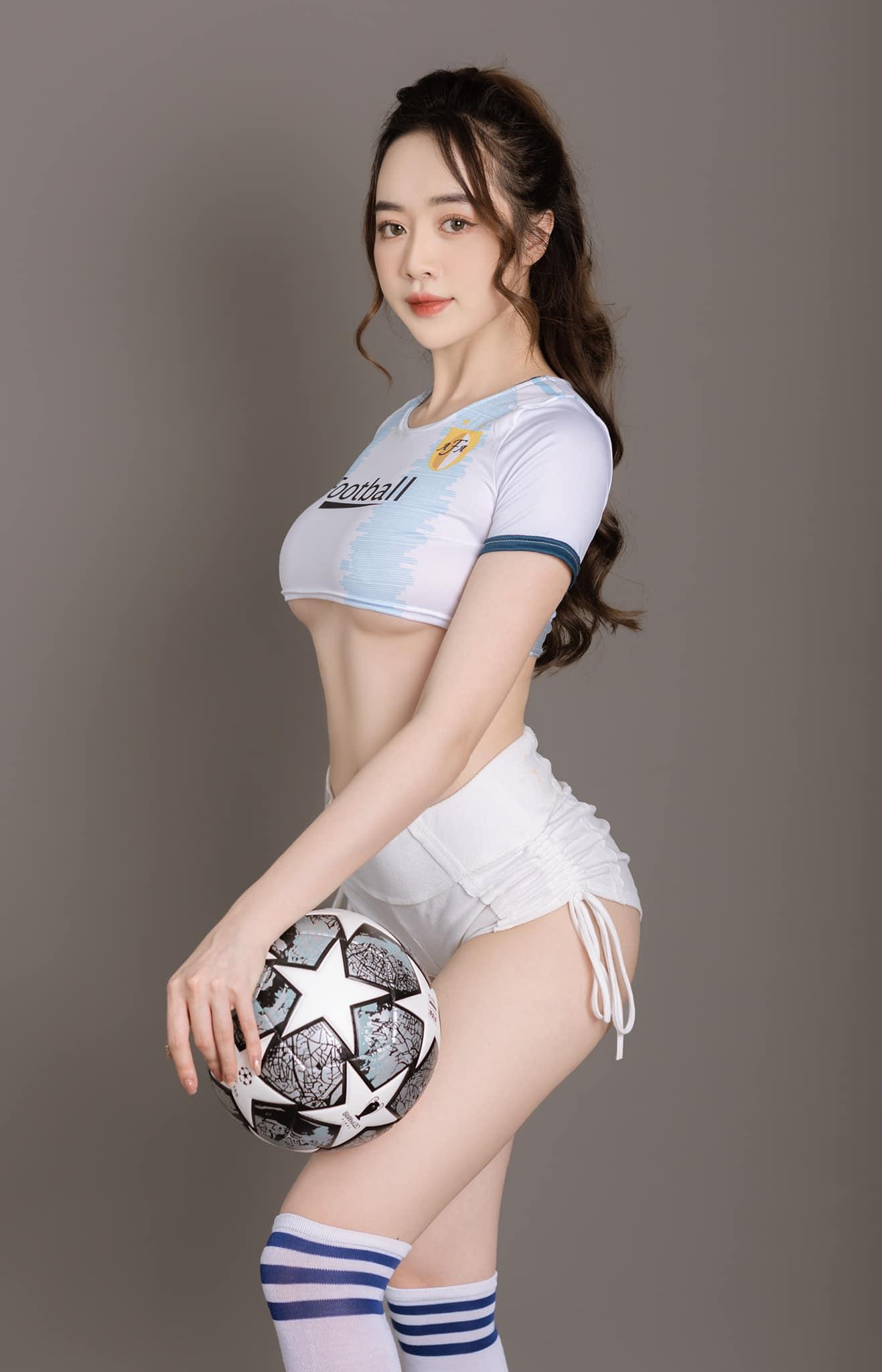 """Người mẫu Quảng Ninh mặc trang phục ủng hộ Euro """"gây sốt"""" - 1"""