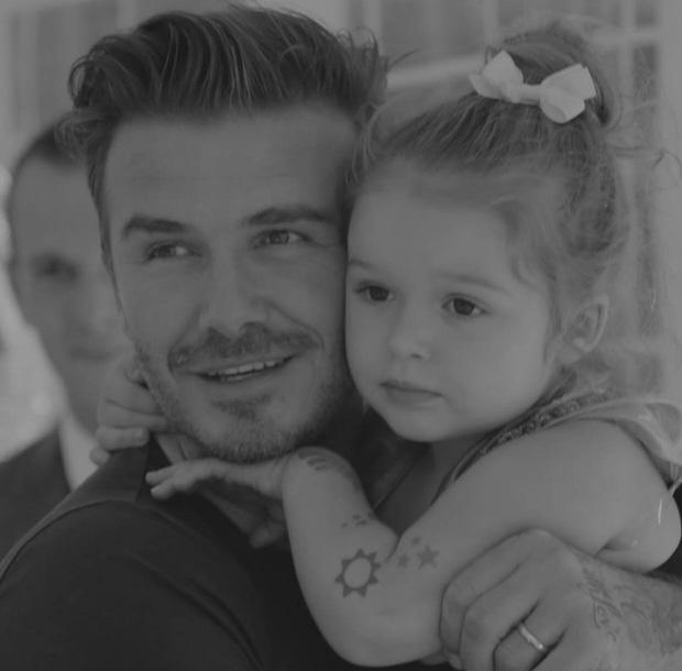"""Trước trận Anh - Ý, gia đình David Beckham lại """"gây bão"""" mạng - 1"""