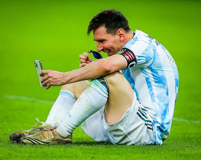 Messi dùng chiếc iPhone này để gọi điện cho vợ khoe huy chương vô địch Copa America - 1