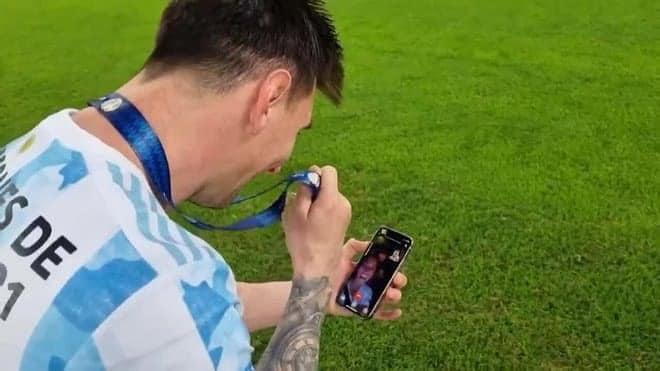 Messi dùng chiếc iPhone này để gọi điện cho vợ khoe huy chương vô địch Copa America - 4
