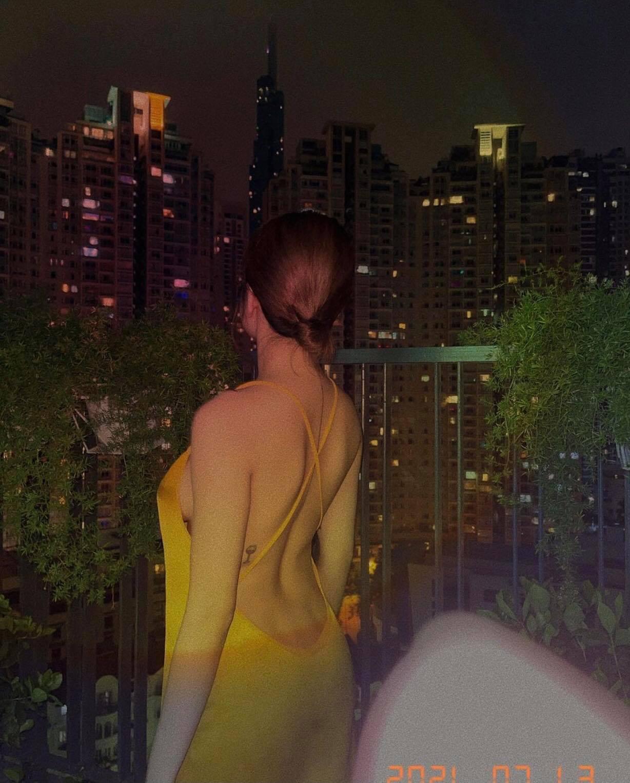 """Chiếc váy """"thần thánh"""" giúp hot girl Trâm Anh, Elly Trần khoe vẻ đẹp rất đỗi đàn bà - 1"""