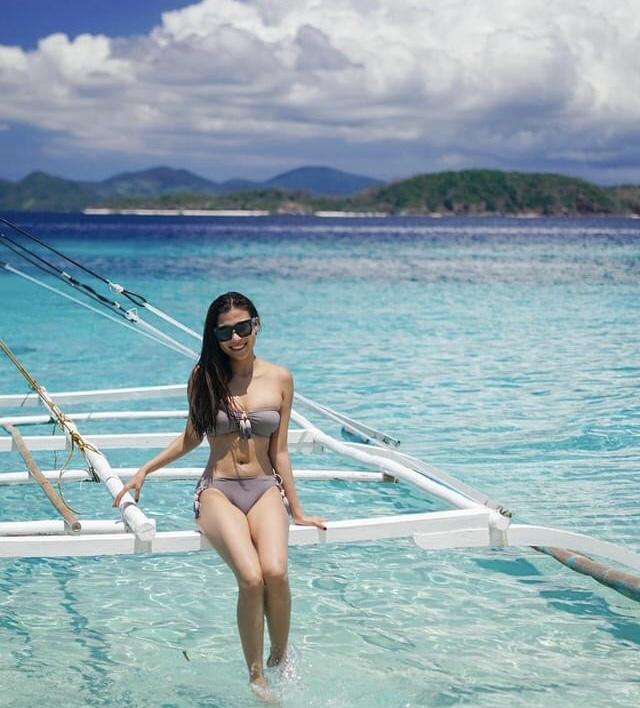 Thúy Diễm khoe dáng nóng bỏng với bikini trên bãi biển - 1