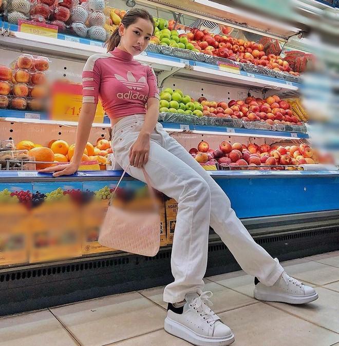 Đi siêu thị, Trâm Anh mặc đồ ngủ mỏng bị chê, Tiểu Vy diện váy 2 dây được khen hết lời - 10