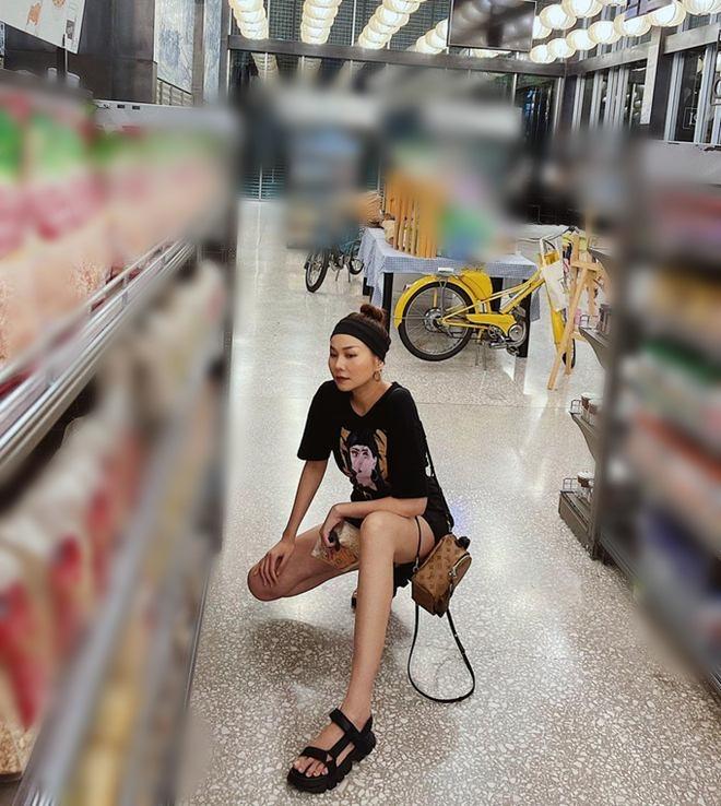 Đi siêu thị, Trâm Anh mặc đồ ngủ mỏng bị chê, Tiểu Vy diện váy 2 dây được khen hết lời - 9