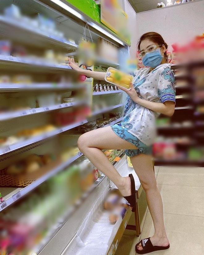 Đi siêu thị, Trâm Anh mặc đồ ngủ mỏng bị chê, Tiểu Vy diện váy 2 dây được khen hết lời - 6