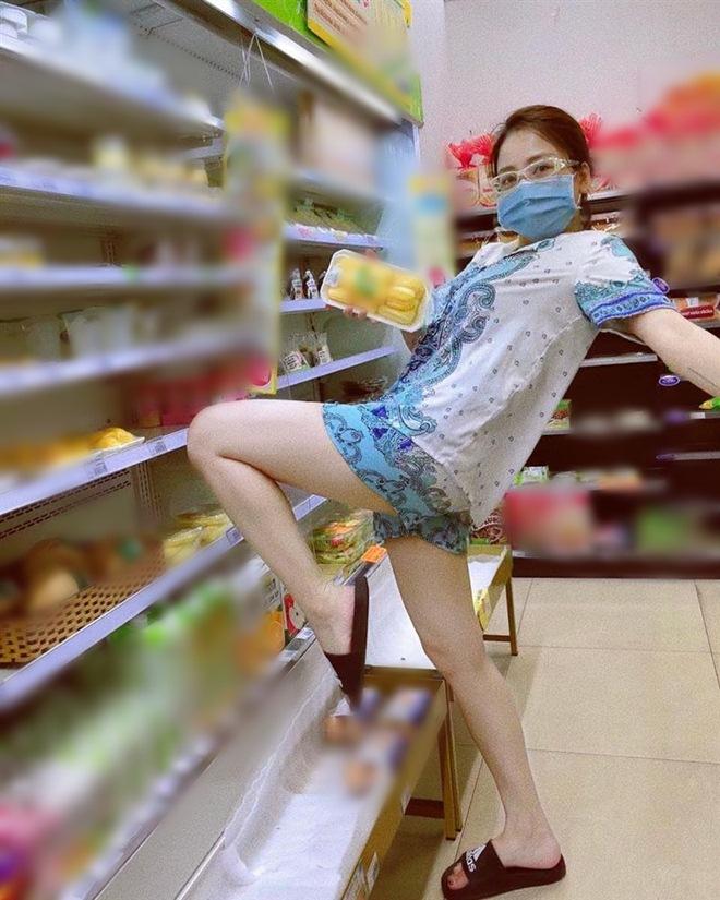 Đi siêu thị, Trâm Anh mặc đồ ngủ mỏng bị chê, Tiểu Vy diện váy 2 dây được khen hết lời - 4
