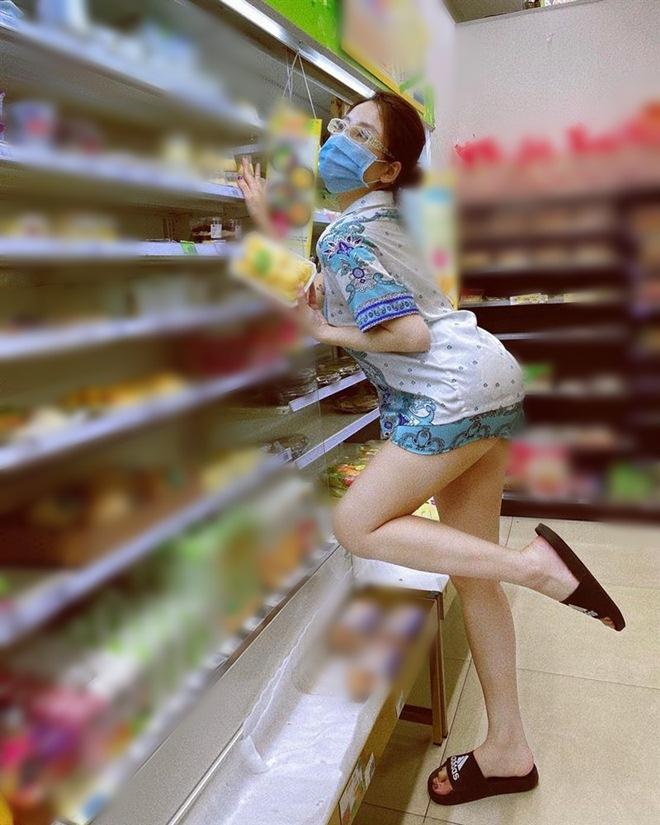 Đi siêu thị, Trâm Anh mặc đồ ngủ mỏng bị chê, Tiểu Vy diện váy 2 dây được khen hết lời - 5