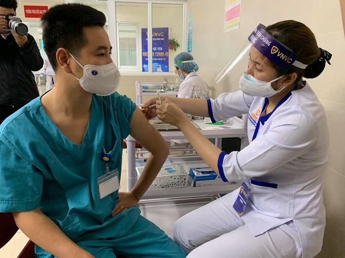Bộ Y tế hỏa tốc yêu cầu đẩy nhanh tiến độ tiêm vắc-xin COVID-19 - 1