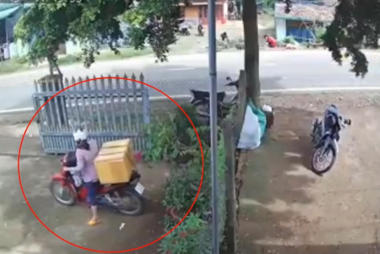 Clip: Lao xe ra đường bất cẩn, nữ tài xế rước họa vào thân - 1