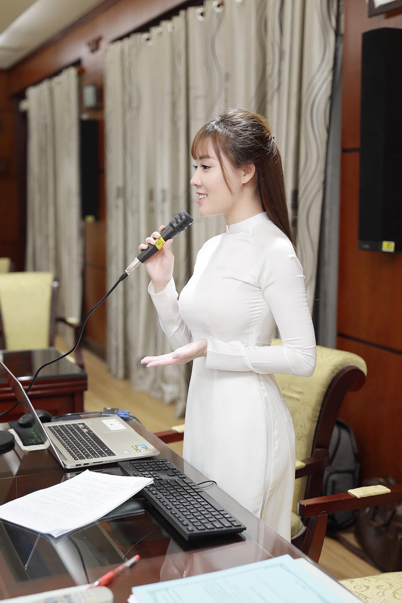 """Sau cuộc ly hôn ồn ào, cô giáo Âu Hà My có gu mặc """"ngoan"""" hơn xưa - 6"""