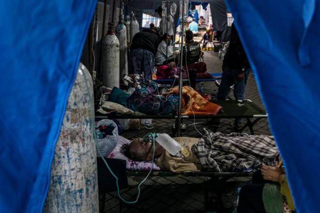 Indonesia thành tâm dịch thế giới: 'Virus nhân lên, đội ngũ y tế giảm xuống' - 1