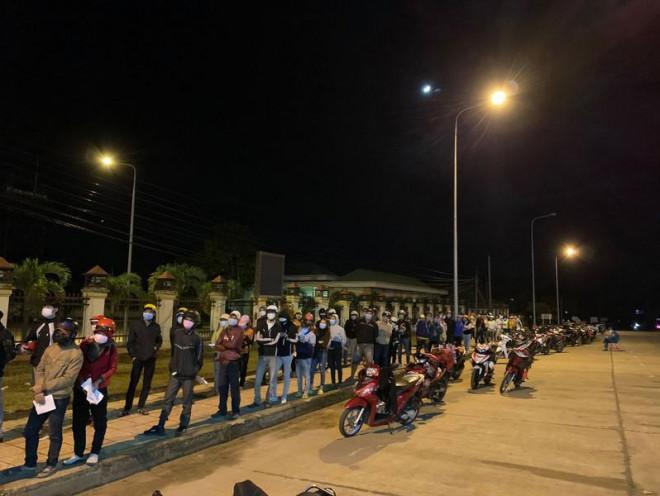 Giãn cách 19 tỉnh, người dân có được rời TP.HCM về quê? - 2