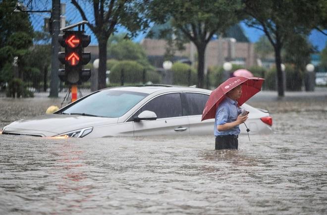 """Trung Quốc cho nổ tung đập để đổi hướng dòng nước trong trận mưa lũ """"ngàn năm có một"""" - 2"""