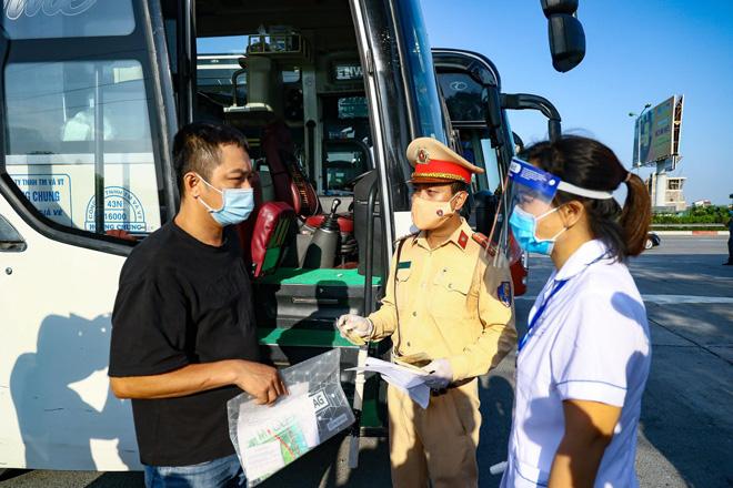 Lực lượng chức năng kiểm tra tại chốt kiểm soát dịch COVID-19 ở cửa ngõ Thủ đô.