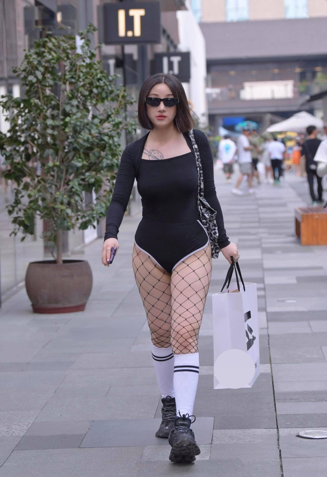 Gu mặc lạc quẻ khó hiểu của hot girl đường phố - 1