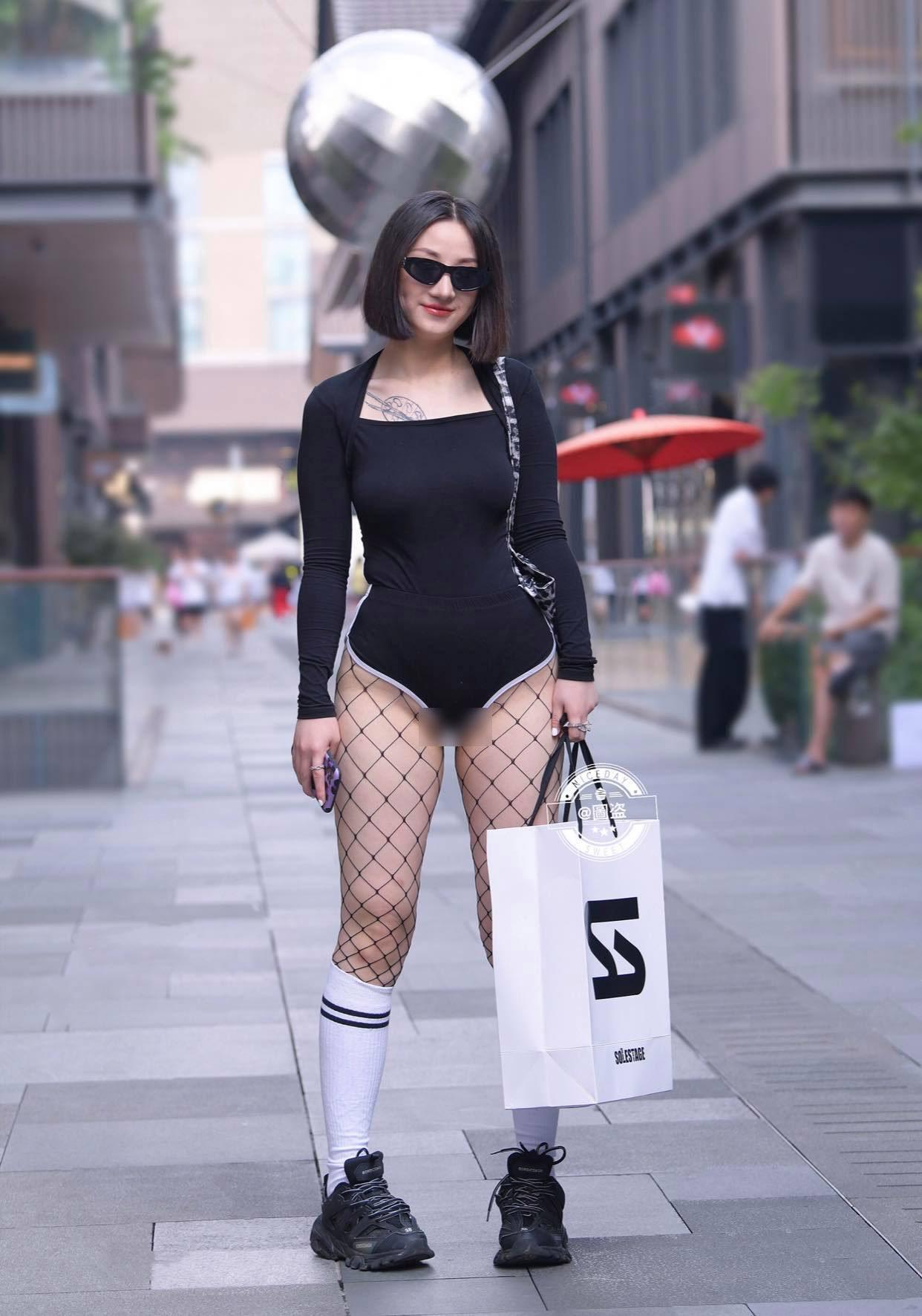 Gu mặc lạc quẻ khó hiểu của hot girl đường phố - 5