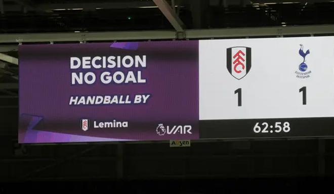 Ngoại hạng Anh lại khiến fan đau đầu: Luật chạm tay mới vẫn dễ gây tranh cãi - 3
