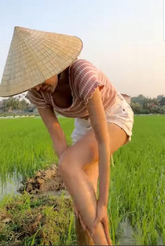 Mặc quần bó chẽn, Huyền Anh, á hậu quê Hà Tĩnh gặp sự cố dở khóc dở cười - 3