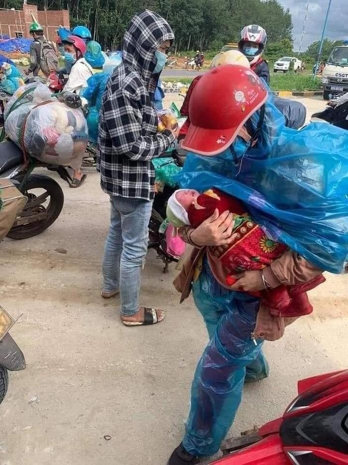 Đôi vợ chồng thất nghiệp bế con 10 ngày tuổi đi xe máy vượt hơn 1.400 km từ Bình Dương về Nghệ An - 1