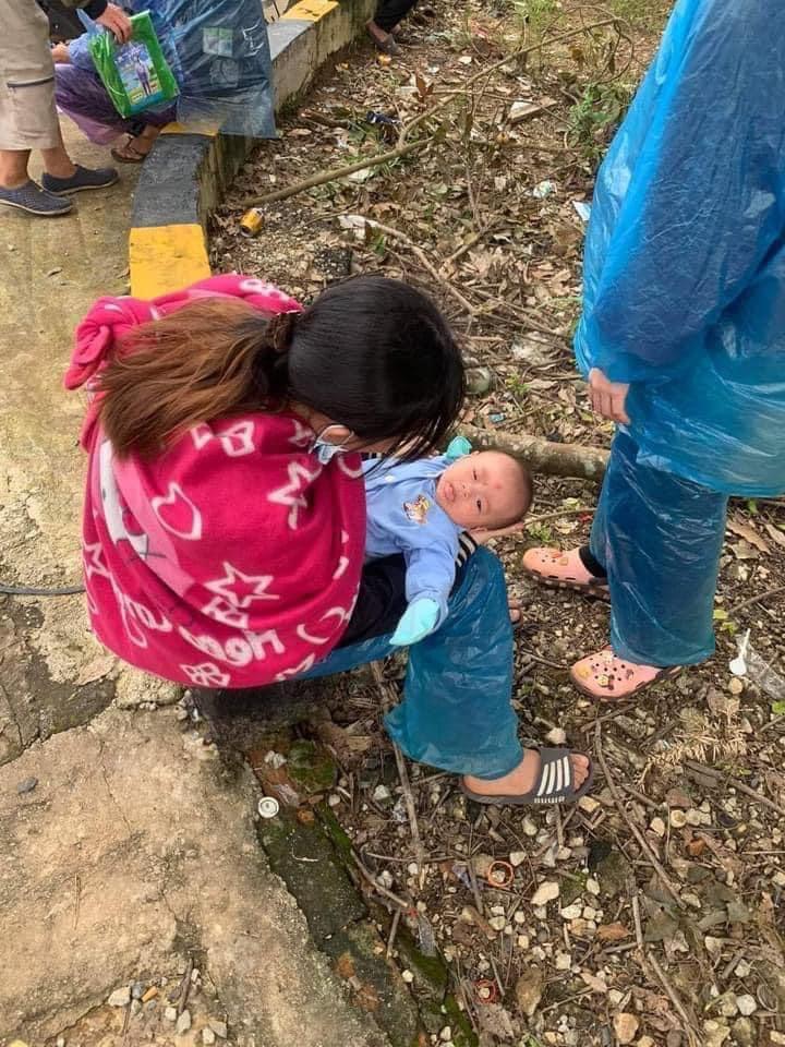 Đôi vợ chồng thất nghiệp bế con 10 ngày tuổi đi xe máy vượt hơn 1.400 km từ Bình Dương về Nghệ An - 2