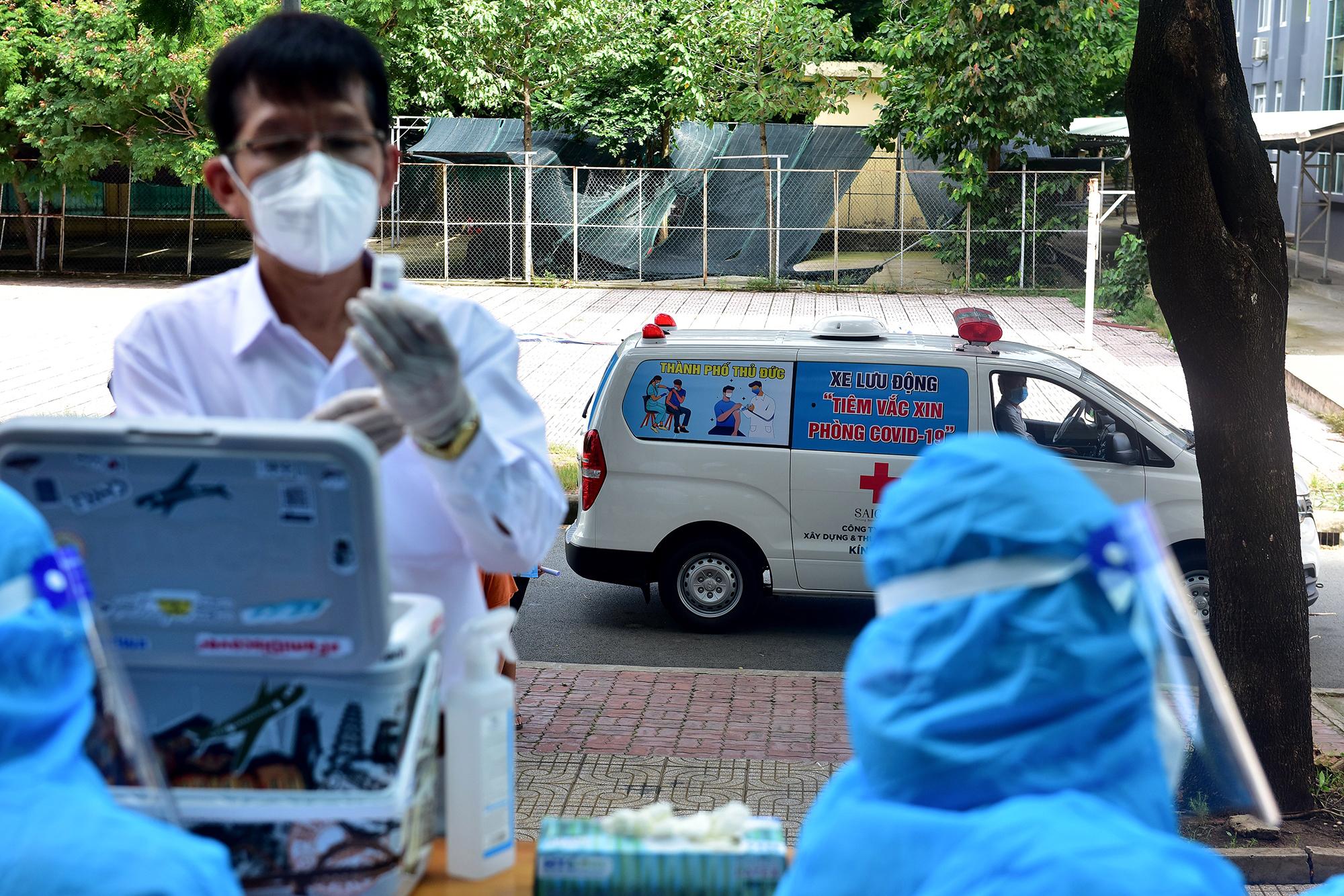 Ảnh: Ngày đầu làm việc của đội tiêm vắc xin phòng COVID-19 lưu động đến tận điểm cách ly, khu dân cư ở TP.HCM - 5