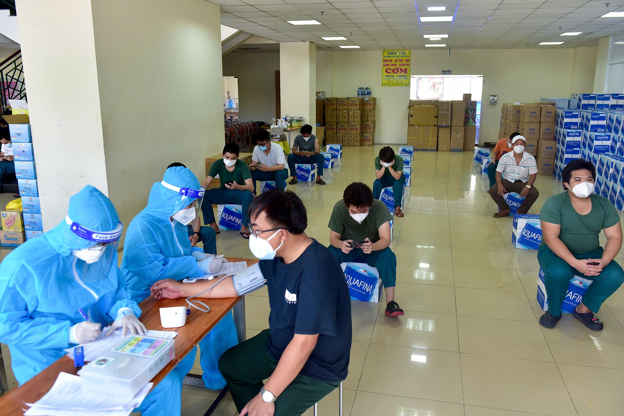 Ảnh: Ngày đầu làm việc của đội tiêm vắc xin phòng COVID-19 lưu động đến tận điểm cách ly, khu dân cư ở TP.HCM - 6