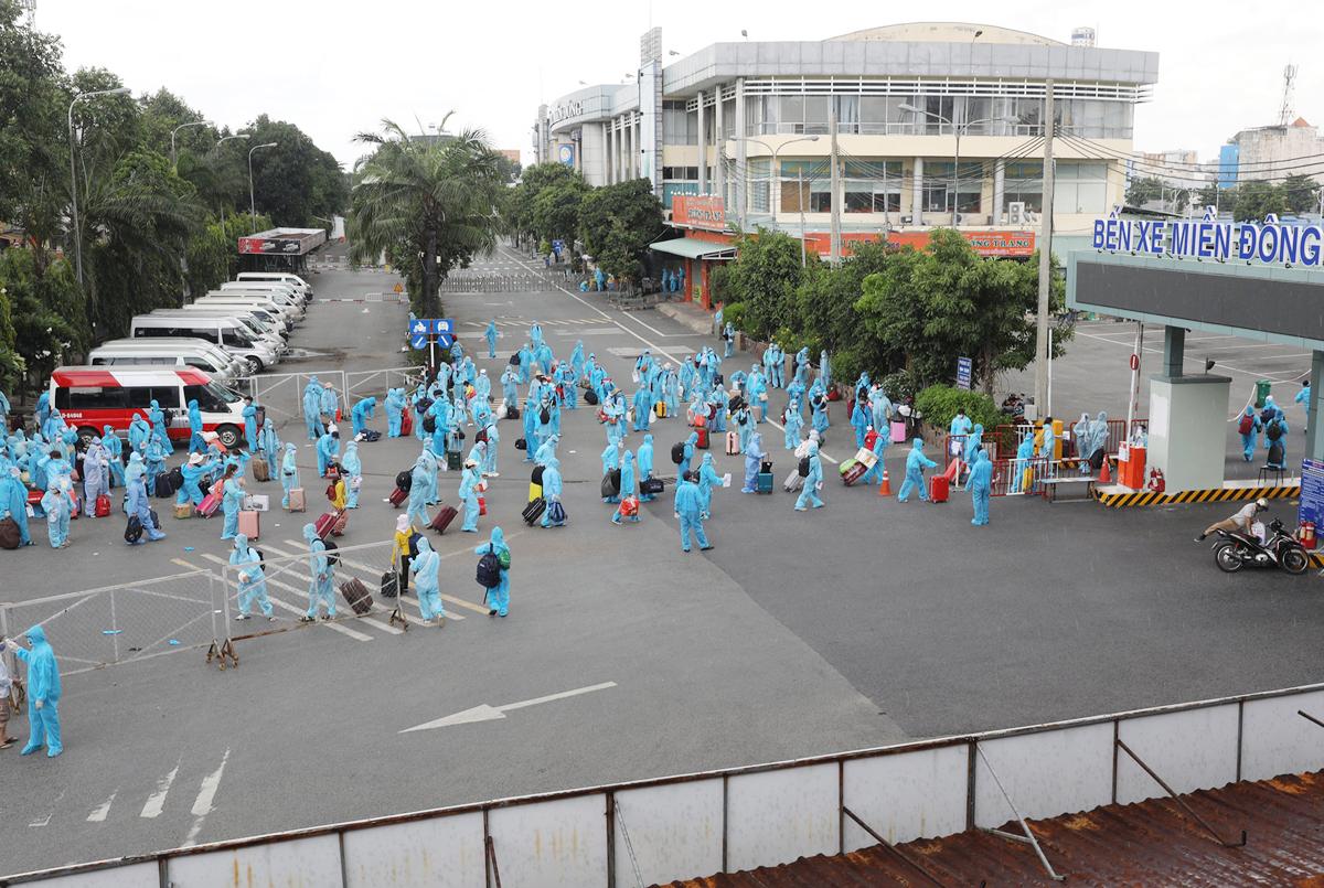 CSGT dẫn đoàn xe đặc biệt, đưa 800 người dân Phú Yên rời TP.HCM - 1