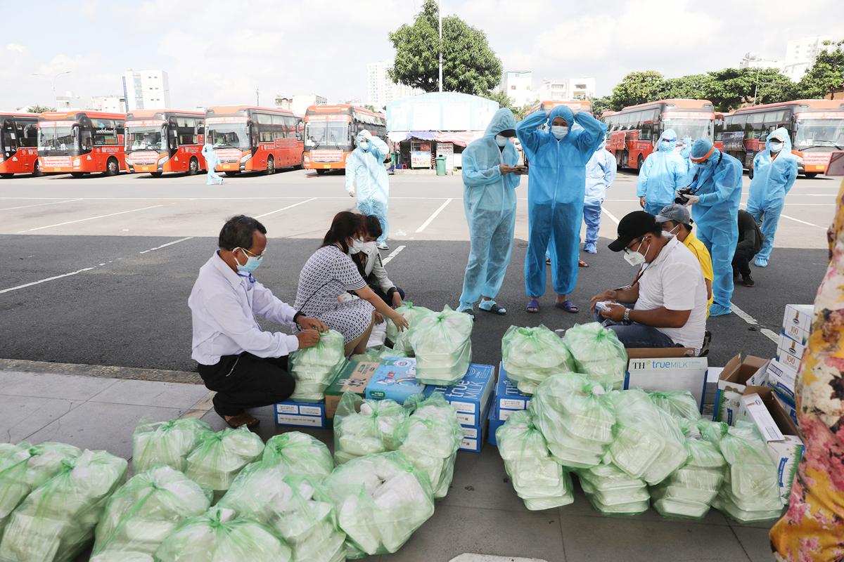 CSGT dẫn đoàn xe đặc biệt, đưa 800 người dân Phú Yên rời TP.HCM - 10