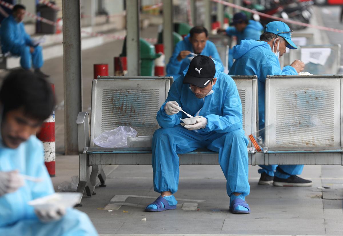 CSGT dẫn đoàn xe đặc biệt, đưa 800 người dân Phú Yên rời TP.HCM - 11