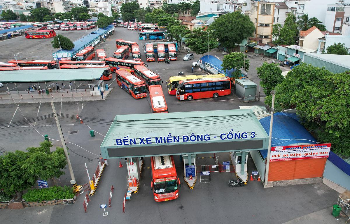 CSGT dẫn đoàn xe đặc biệt, đưa 800 người dân Phú Yên rời TP.HCM - 14