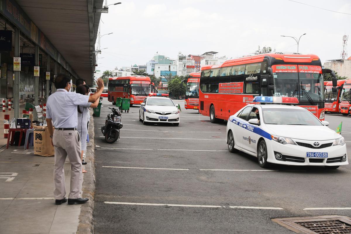CSGT dẫn đoàn xe đặc biệt, đưa 800 người dân Phú Yên rời TP.HCM - 15