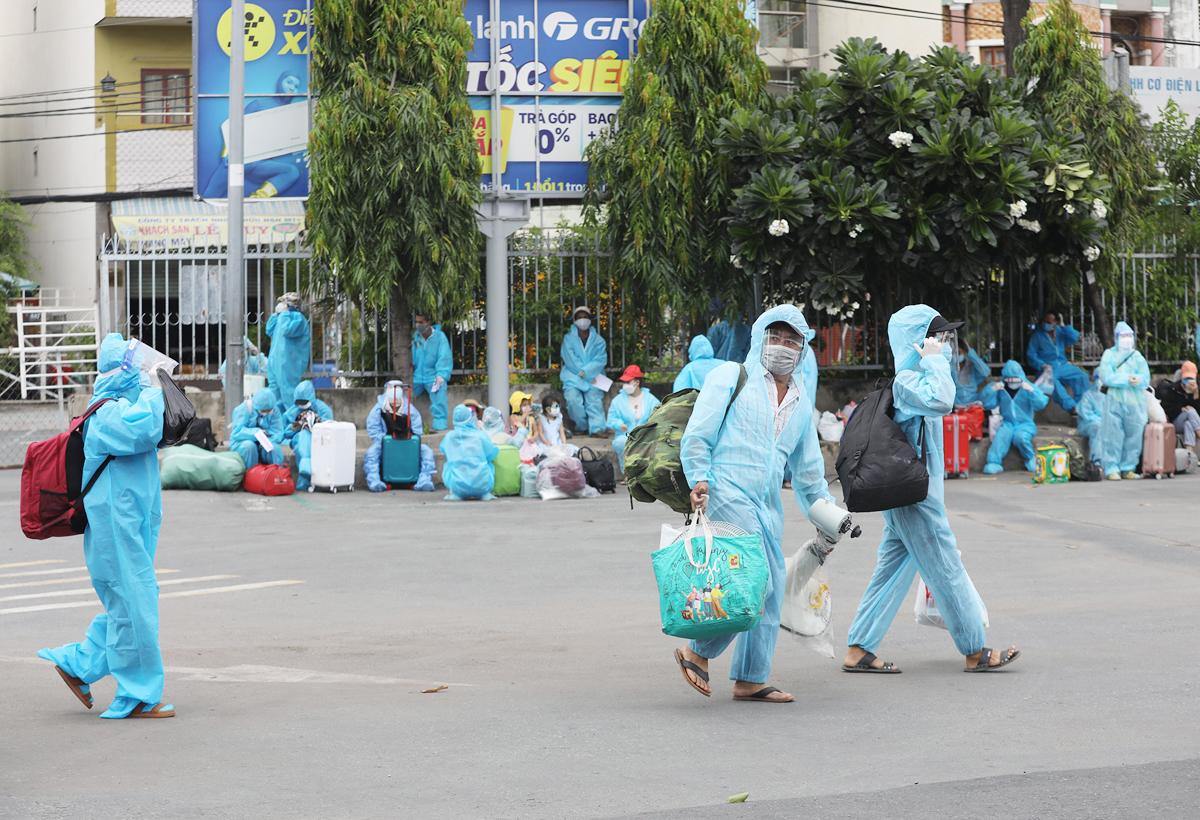CSGT dẫn đoàn xe đặc biệt, đưa 800 người dân Phú Yên rời TP.HCM - 2
