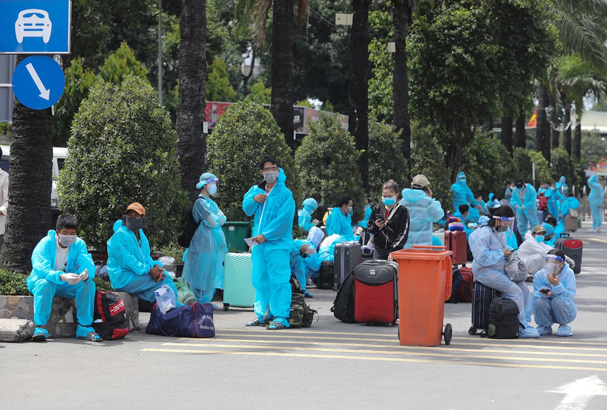 CSGT dẫn đoàn xe đặc biệt, đưa 800 người dân Phú Yên rời TP.HCM - 3