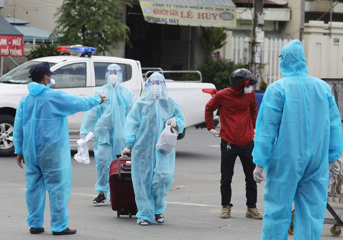 CSGT dẫn đoàn xe đặc biệt, đưa 800 người dân Phú Yên rời TP.HCM - 4