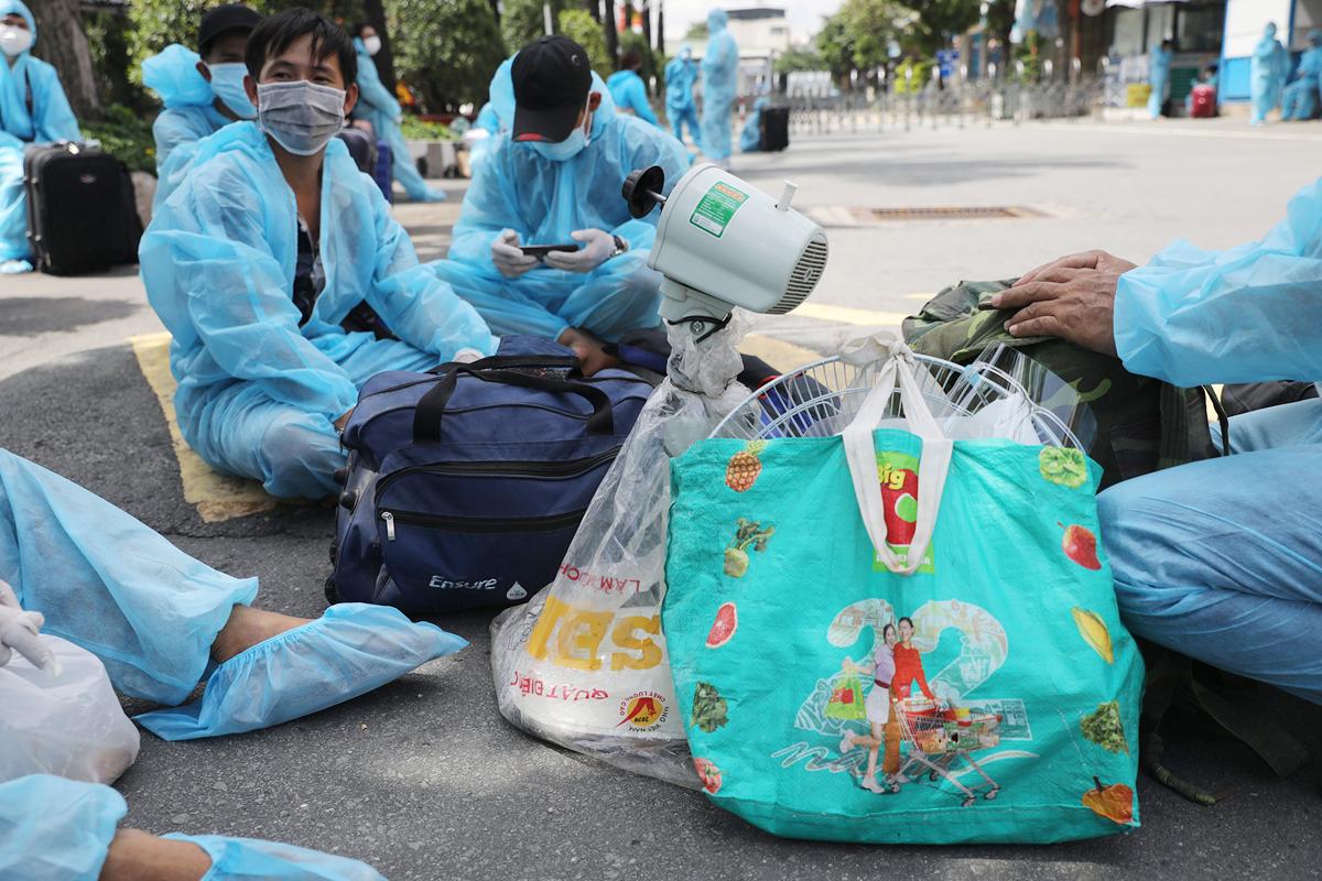CSGT dẫn đoàn xe đặc biệt, đưa 800 người dân Phú Yên rời TP.HCM - 5