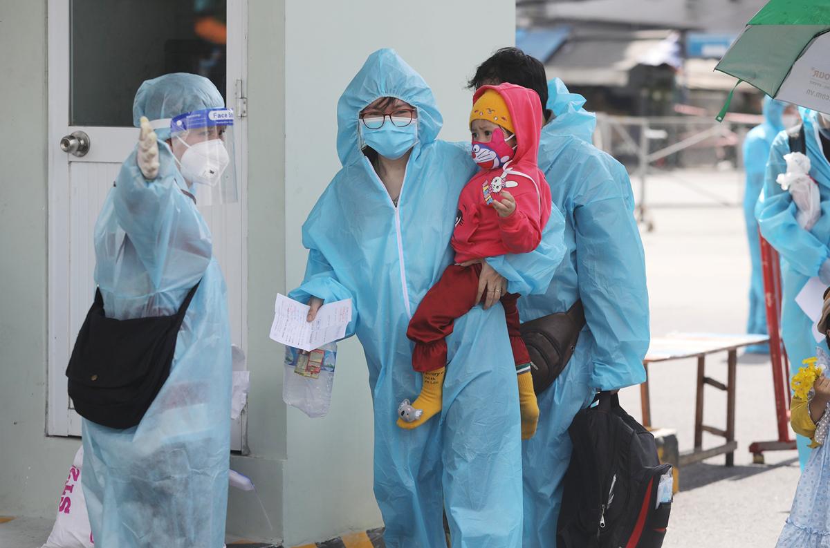 CSGT dẫn đoàn xe đặc biệt, đưa 800 người dân Phú Yên rời TP.HCM - 6