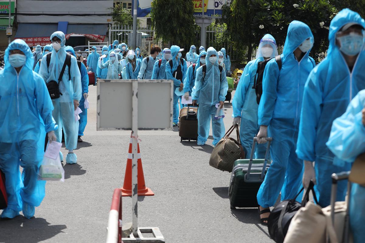 CSGT dẫn đoàn xe đặc biệt, đưa 800 người dân Phú Yên rời TP.HCM - 7