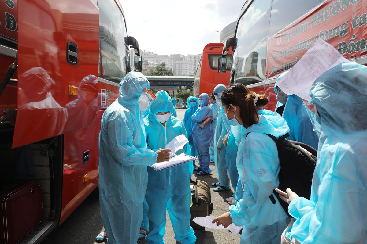 CSGT dẫn đoàn xe đặc biệt, đưa 800 người dân Phú Yên rời TP.HCM - 8