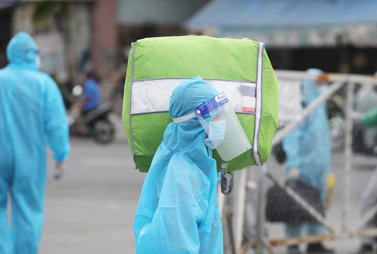 CSGT dẫn đoàn xe đặc biệt, đưa 800 người dân Phú Yên rời TP.HCM - 9