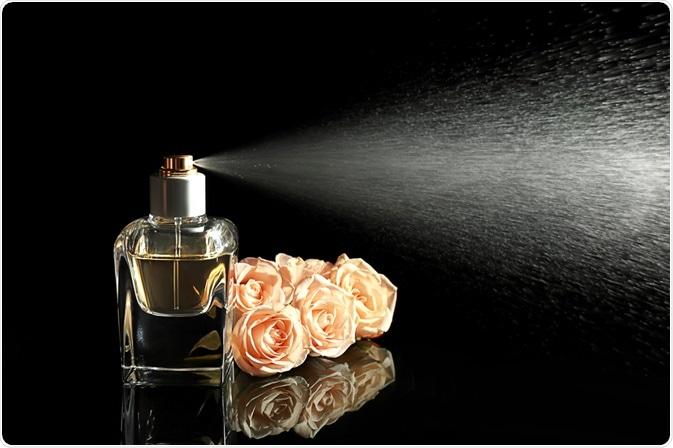 Những bí quyết tuyệt hay để dùng nước hoa thơm ngát ngày hè - 4