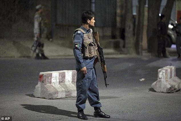 Sau tiếng nổ rung chuyển, các tay súng xông vào nhà Bộ trưởng Quốc phòng Afghanistan - 2