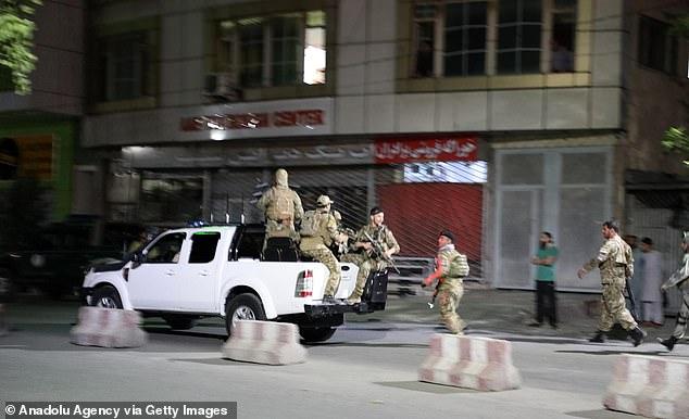 Sau tiếng nổ rung chuyển, các tay súng xông vào nhà Bộ trưởng Quốc phòng Afghanistan - 3