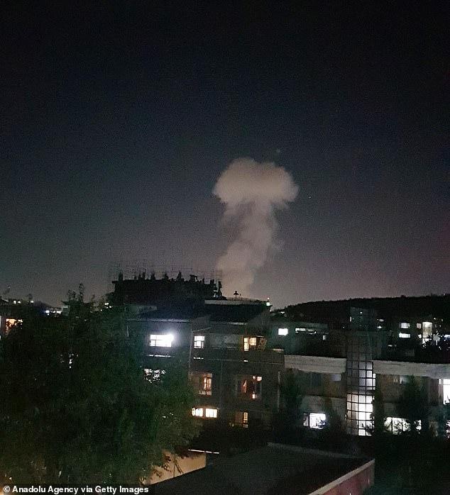 Sau tiếng nổ rung chuyển, các tay súng xông vào nhà Bộ trưởng Quốc phòng Afghanistan - 1