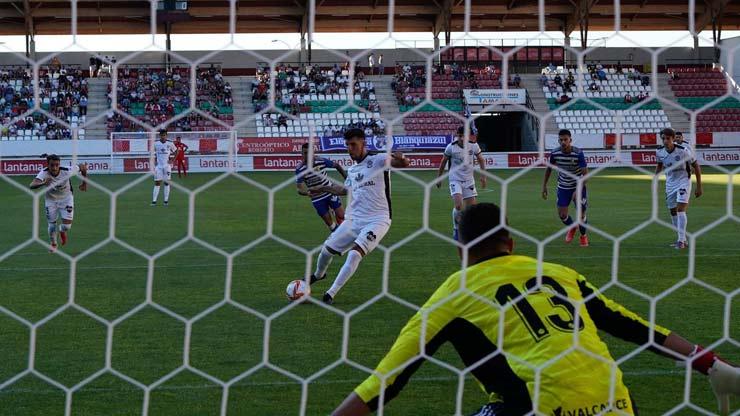 Sốc bóng đá Tây Ban Nha: Trọng tài dỗi bỏ trận đấu, cầu thủ và HLV vào bắt thay - 1