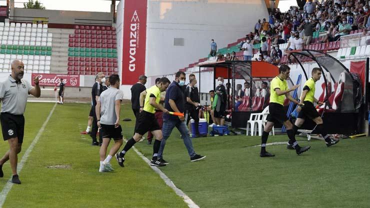Sốc bóng đá Tây Ban Nha: Trọng tài dỗi bỏ trận đấu, cầu thủ và HLV vào bắt thay - 3